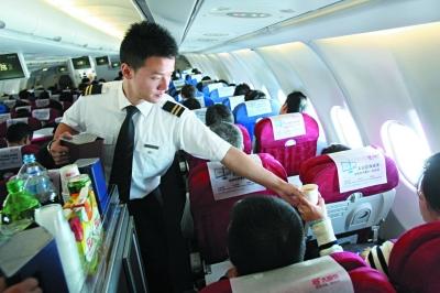 身强力壮的男空乘在飞机上服务还有自身