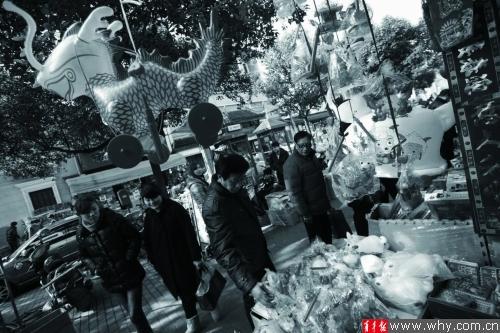 木头轮子,手工制作的兔子灯向来是元宵节的热卖产品