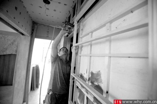 现在家庭厨卫一般为铝扣板吊顶,检修只要拆开几块板即可.