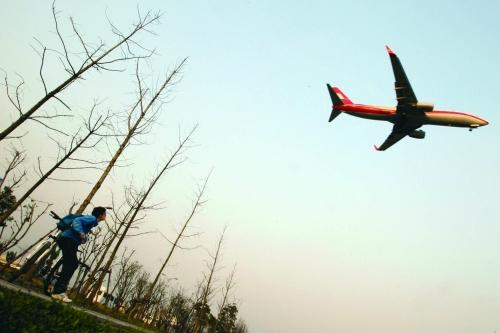 一架飞机飞过虹桥机场上空