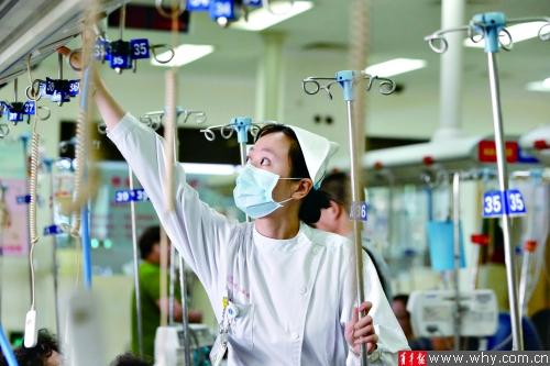 瑞金医院急诊科护士王丽娟在急诊输液室为病换