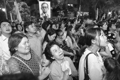 0月13日,在泰国首都曼谷的诗丽拉医院外,民众悼念泰国国王普密