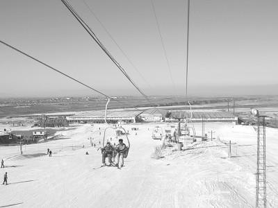 雪莲山滑雪场位于乌鲁木齐市水磨沟区